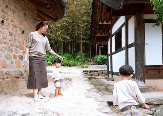 Một năm làm vợ làm chồng tuyệt vời hơn phim của Song Song: Đây là cách đặc biệt mà cặp quyền lực nhất Kbiz chung sống - Ảnh 4.