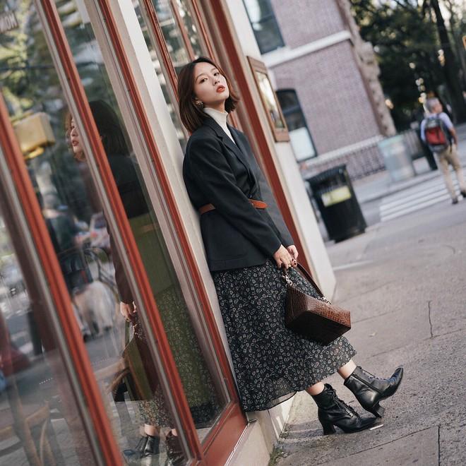 Váy/chân váy mix cùng boots: Công thức mùa lạnh năm nào cũng hot nhưng mặc thế nào để vừa đẹp lại tôn dáng? - Ảnh 1.