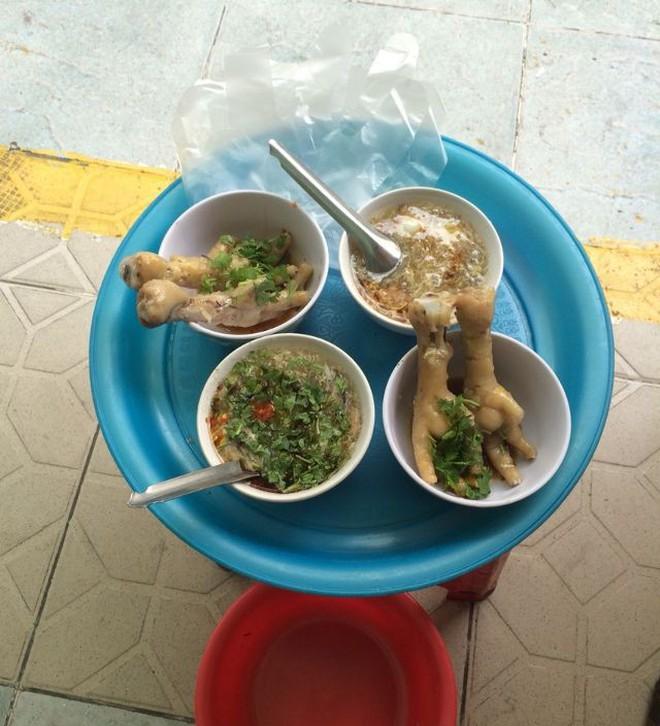 Tầm này trời Sài Gòn man mát mà không tìm mấy món chân gà lai rai thì thật có lỗi với thời tiết - Ảnh 1.
