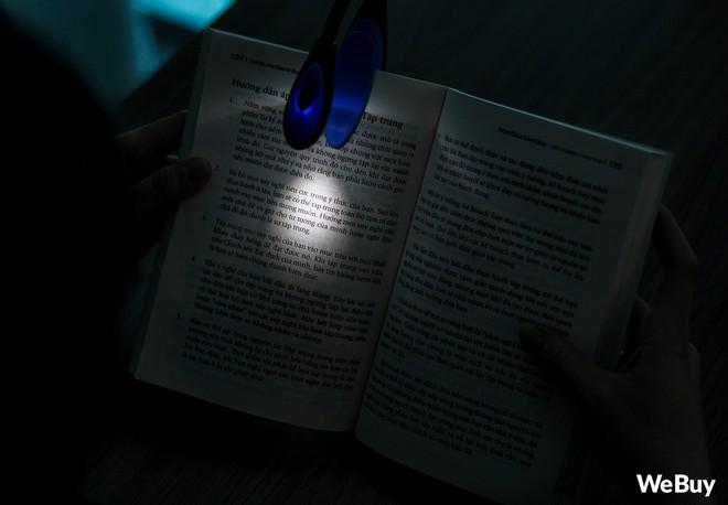 Đọc sách phong cách hắc ám, công phá thị lực với chiếc đèn mini chạy pin, kẹp luôn vào sách này - Ảnh 7.