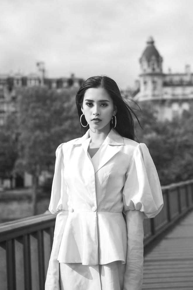 Hoa hậu Tiểu Vy gây dậy sóng MXH với thần thái đầy sắc sảo và thu hút trong bộ ảnh chụp tại Pháp - Ảnh 8.