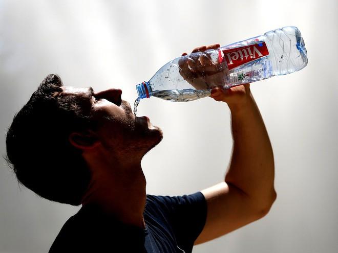 Ngộ độc nước - nghe kì lạ nhưng đã từng gây tử vong, nhiều người có nguy cơ gặp phải mà không biết - Ảnh 1.