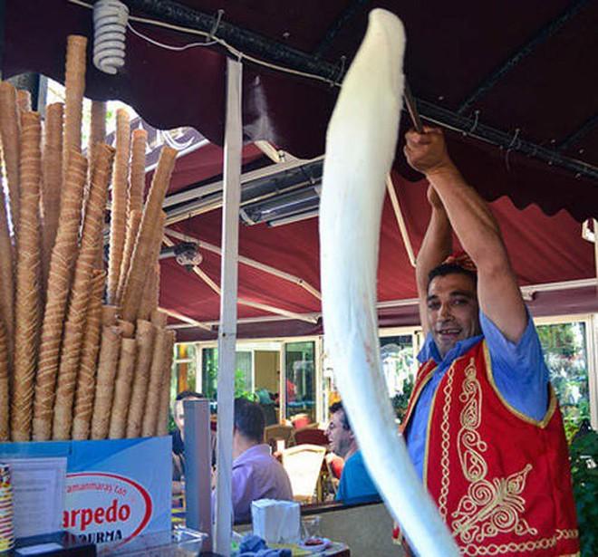 Ở Thổ Nhĩ Kỳ có một loại kem phải dùng đến dao để chặt thì mới lấy kem ăn được - Ảnh 2.