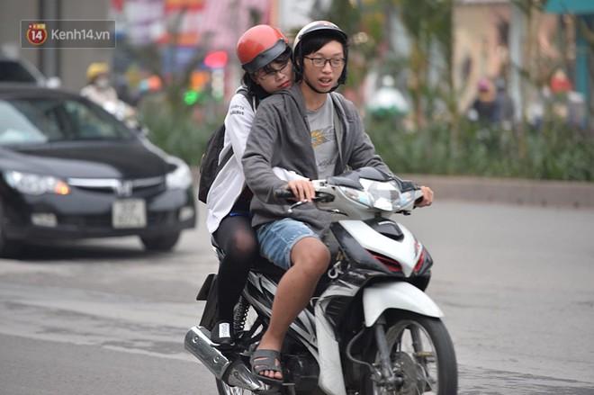 Chùm ảnh: Hà Nội giảm nhiệt độ, người mặc áo khoác dày, người quần đùi áo cộc xuống phố - Ảnh 16.