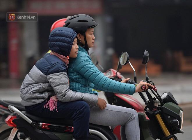 Chùm ảnh: Hà Nội giảm nhiệt độ, người mặc áo khoác dày, người quần đùi áo cộc xuống phố - Ảnh 14.
