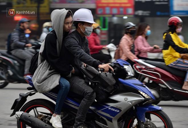 Chùm ảnh: Hà Nội giảm nhiệt độ, người mặc áo khoác dày, người quần đùi áo cộc xuống phố - Ảnh 15.