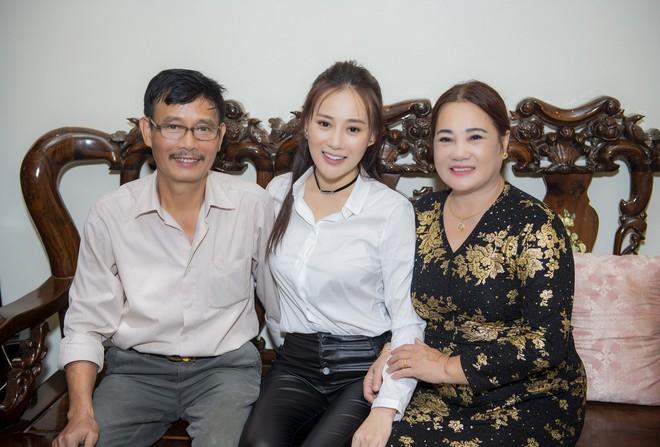 After the success of Quỳnh Búp Bé, Phuong Oanh fans admirers' arrival home - Photo 1.