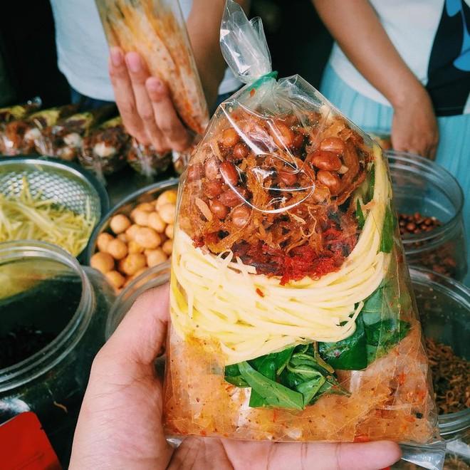 Sài Gòn có những món đếm mãi không hết những loại topping ăn kèm - Ảnh 10.