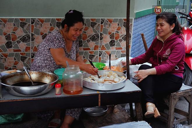 Tiệm ăn hàng 30 năm của dì Gái chịu chơi nhất Sài Gòn, mối ngày bán trong 1 giờ là hết veo - Ảnh 1.