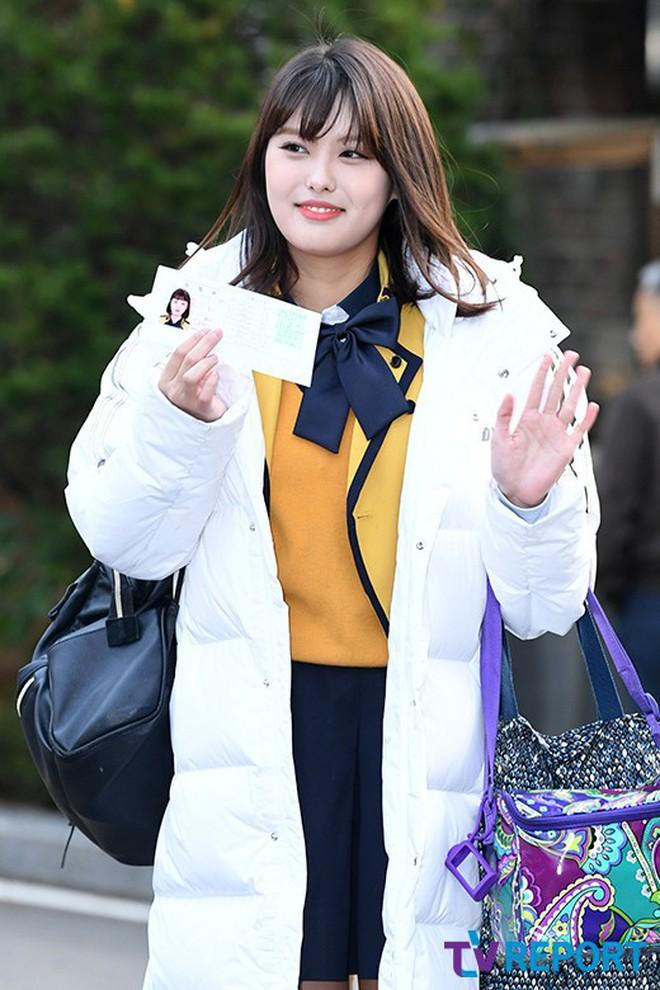 Idol Hàn thi đại học: MOMOLAND, IZ*ONE được phỏng vấn như đi dự sự kiện - ảnh