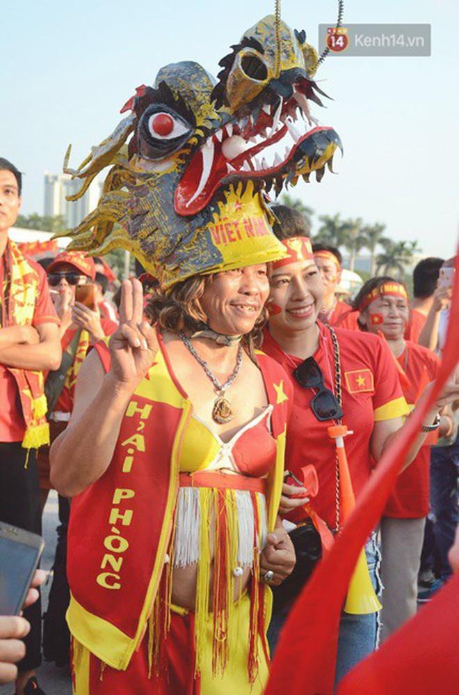 Trận Việt Nam vs Malaysia: Những CĐV gây ấn tượng trên SVĐ Mỹ Đình