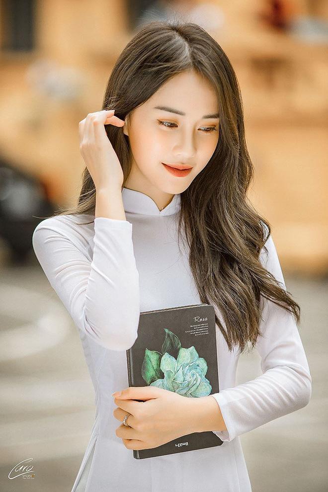 Diện áo dài cực xinh trong bộ ảnh kỷ yếu, Á khôi sinh viên Việt Nam được nhận xét tựa bản sao Nam Em, thần thái còn sang hơn - Ảnh 10.
