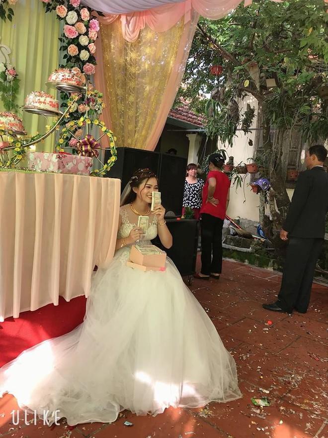 Mang hàng nghìn tờ tiền lẻ đi mừng cưới, thanh niên bị dân tình chỉ trích nhưng cô dâu có thái độ khác hẳn - Ảnh 2.