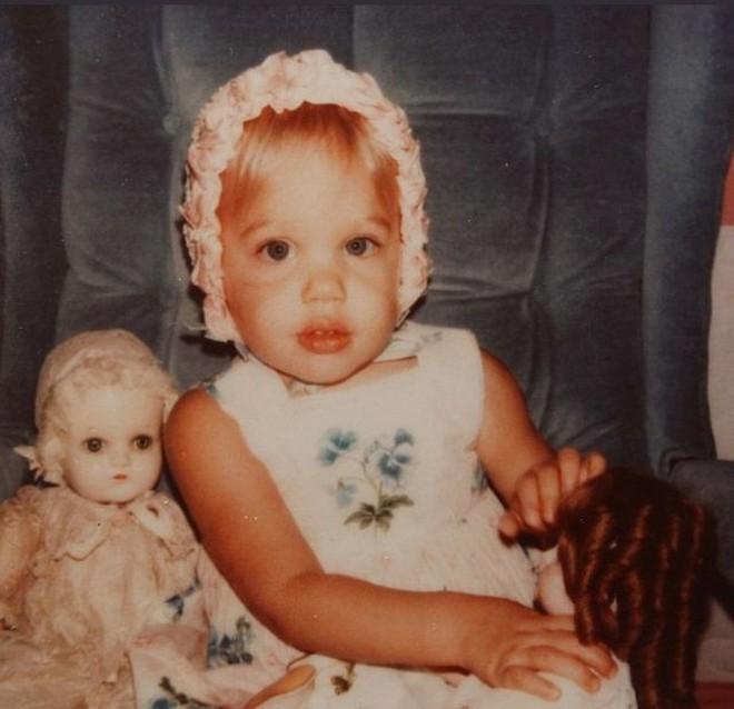 Con gái tomboy của Angelina Jolie khoe nét mặt vừa giống mẹ vừa giống bố Brad Pitt một cách hoàn hảo - Ảnh 2.