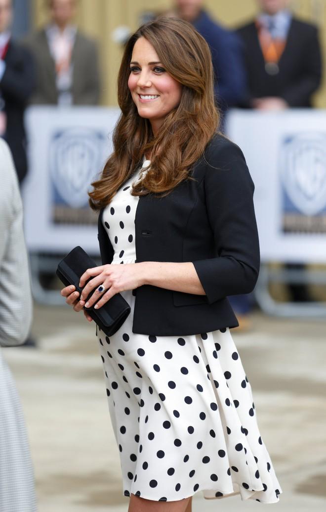 Dù thời trang có xoay vần thế nào, Công nương Kate vẫn không ngừng say mê kiểu váy này - Ảnh 7.