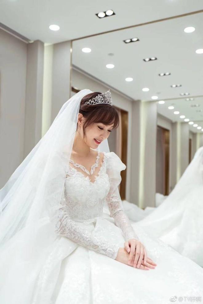 Chùm ảnh Đường Yên hoá thành công chúa đẹp hoàn mỹ với váy cưới đuôi dài 4m cuối cùng cũng được tiết lộ - Ảnh 3.