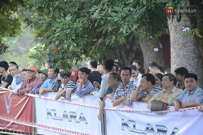 VinFast Fadil: Hàng trăm người xếp hàng chờ để chiêm ngưỡng xe VinFast