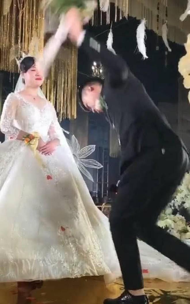 Cô dâu không hề dao động khi chú rể quỳ xuống ngỏ lời cầu hôn.