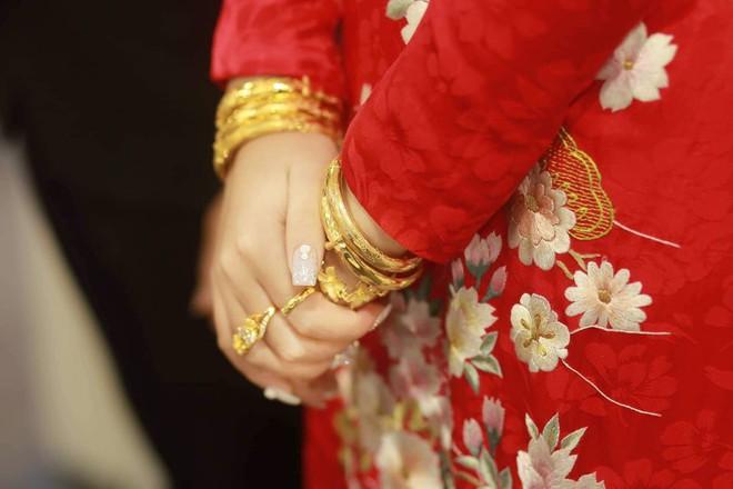 """Hé lộ chi phí dựng rạp thực tế cùng hình ảnh cô dâu đeo vàng nặng trĩu trong đám cưới """"khủng"""" ở Cao Bằng - Ảnh 7."""