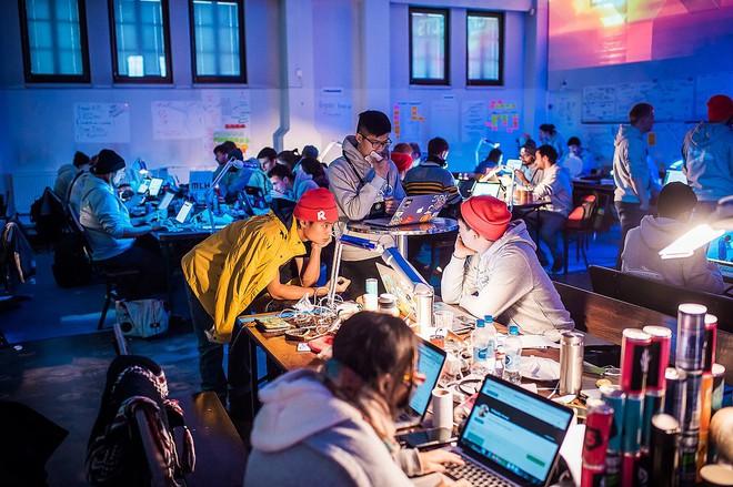 Sinh viên Việt Nam lần đầu tiên giành chiến thắng tại cuộc thi lập trình công nghệ lớn nhất Châu Âu - Ảnh 4.