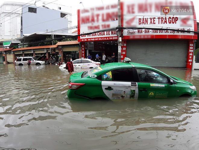 Sài Gòn ngập nặng nhiều tuyến đường sau bão số 9, dân công sở chật vật lội nước đi làm sáng đầu tuần - Ảnh 4.