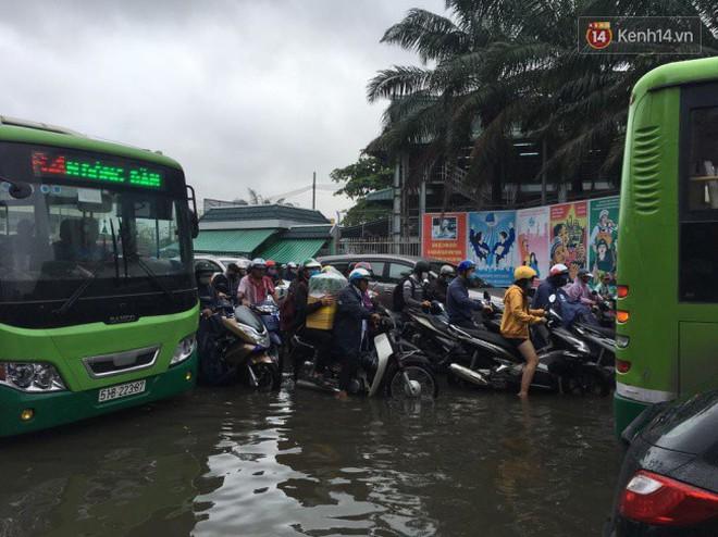 Sài Gòn ngập nặng nhiều tuyến đường sau bão số 9, dân công sở chật vật lội nước đi làm sáng đầu tuần - Ảnh 6.