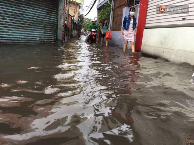 Sài Gòn ngập nặng nhiều tuyến đường sau bão số 9, dân công sở chật vật lội nước đi làm sáng đầu tuần - Ảnh 15.