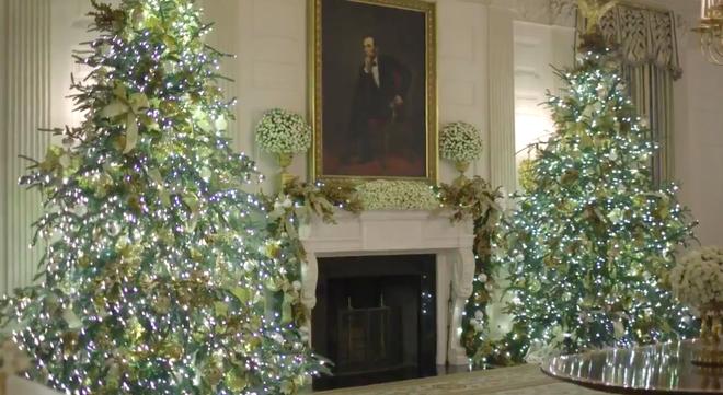 Trang trí Giáng sinh cho Nhà Trắng, bà Melania Trump gây tranh cãi khi sá» dụng toàn cây thông màu đỏ - Ảnh 2.
