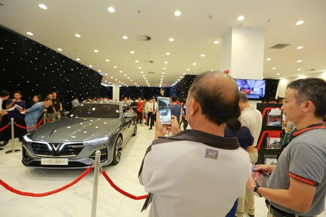 """Giới showbiz cũng """"rộn ràng"""" vì xe VinFast: Sao nam """"mê mệt"""" SUV Lux SA 2.0, sao nữ """"rước"""" bằng được Klara về nhà - Ảnh 1."""