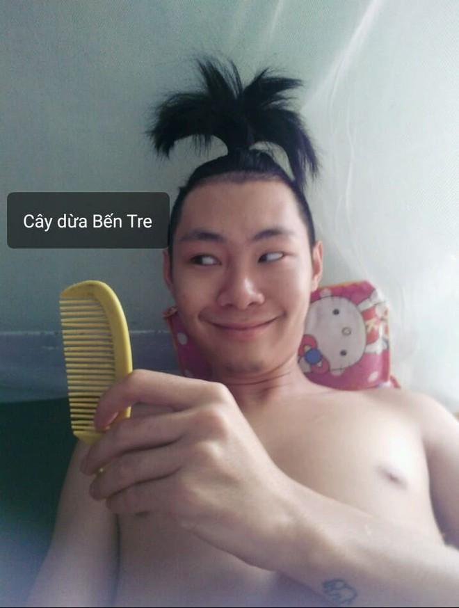Chuẩn bị cạo đầu đinh, thanh niên chế nguyên series meme hài với bộ tóc quý tộc nuôi suốt 2 năm - Ảnh 1.