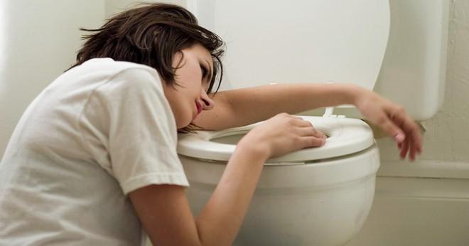 Cẩn thận với 5 dấu hiệu cảnh báo bệnh viêm ruột thừa mà nhiều người thường chủ quan bỏ qua - Ảnh 2.