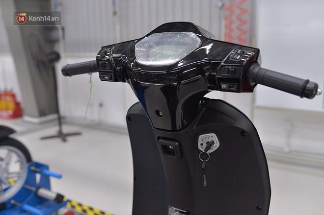 """Clip chứng minh xe máy điện thông minh Klara vừa ra mắt của VinFast """"bất tử"""" khi lội nước"""