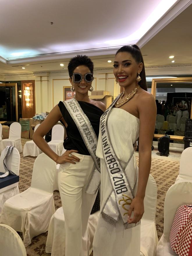 HHen Niê nhập cuộc Miss Universe 2018, thân thiết hết cỡ cùng dàn mỹ nhân quốc tế trong ngày đầu tiên - Ảnh 1.