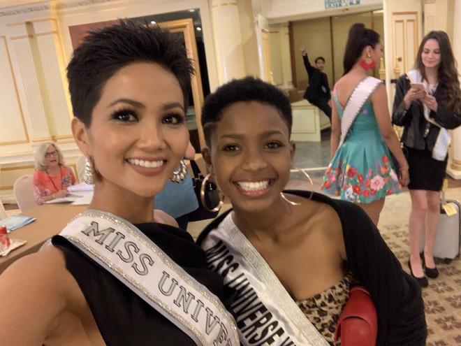 HHen Niê nhập cuộc Miss Universe 2018, thân thiết hết cỡ cùng dàn mỹ nhân quốc tế trong ngày đầu tiên - Ảnh 4.
