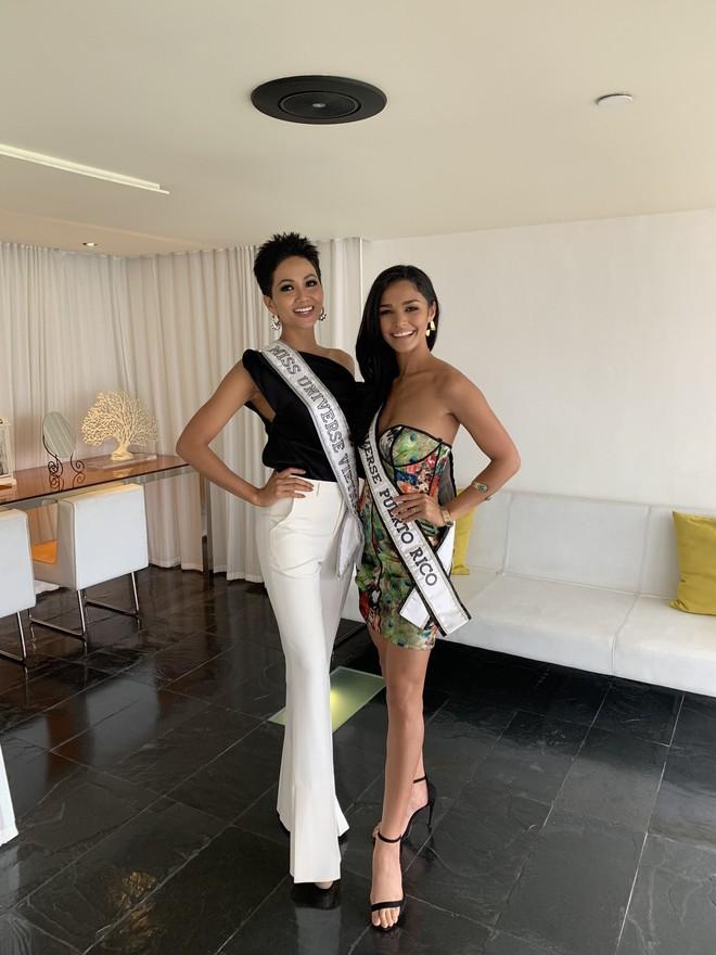HHen Niê nhập cuộc Miss Universe 2018, thân thiết hết cỡ cùng dàn mỹ nhân quốc tế trong ngày đầu tiên - Ảnh 2.