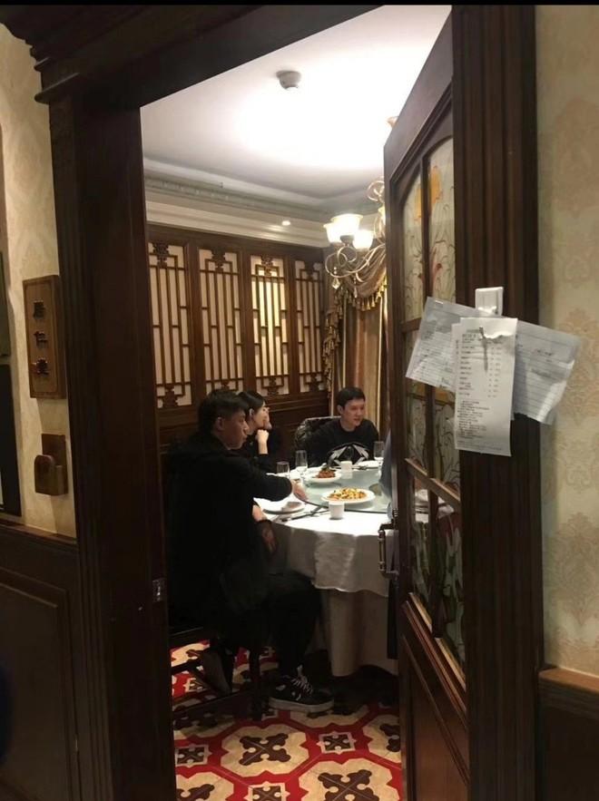 Cuộc sống của Triệu Lệ Dĩnh - Phùng Thiệu Phong sau kết hôn: Ăn tối cùng bạn bè, nắm chặt tay nhau đi ngắm cảnh - Ảnh 1.
