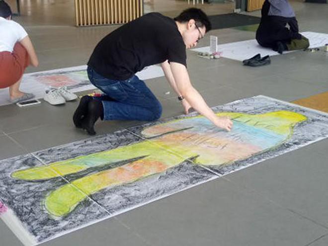 """Trường đại học Singapore cho sinh viên giả vờ nằm đắp chiếu """"ra đi chân lạnh toát"""" để trải nghiệm cái chết - Ảnh 4."""