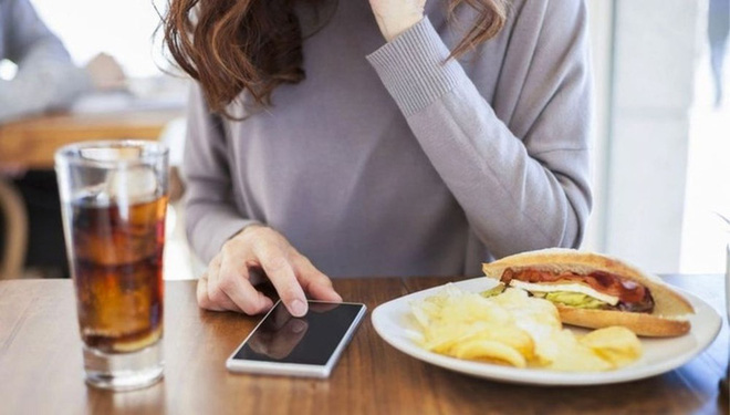 5 thói quen ăn uống gây hại lớn cho sức khỏe mà nhiều người rất hay mắc phải - Ảnh 4.