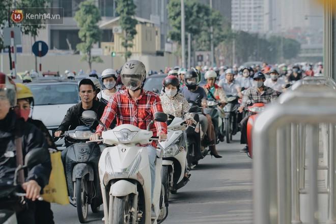 Hàng trăm người dắt xe máy ngược chiều trên vỉa hè: Dù biết là sai và đẩy như vậy mệt lắm nhưng cực chẳng đã... - Ảnh 1.