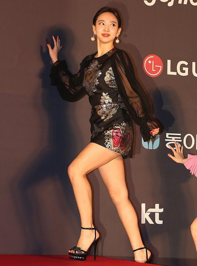 """Ham hố cắt váy cho sexy, Nayeon (Twice) vẫn không """"sang"""" bằng Địch Lệ Nhiệt Ba và Ngô Cẩn Ngôn? - Ảnh 4."""