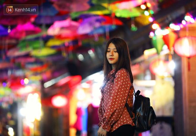 """Hà Nội xuất hiện """"con đường ô"""" lãng mạn như ở Bồ Đào Nha, người dân ùn ùn kéo đến chụp ảnh - Ảnh 8."""