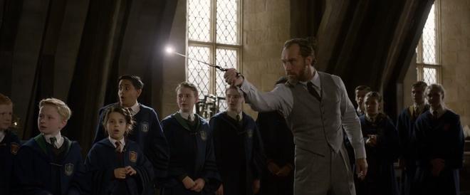 Chỉ phất đũa phép thôi mà, thầy Dumbledore phiên bản trẻ có cần phải thần thái đẹp mê mẩn đến thế không? - Ảnh 1.