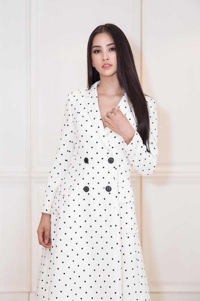 Trần Tiểu Vy khoe nhan sắc rạng rỡ, tất bật chuẩn bị váy áo 1 ngày trước khi lên đường dự thi Miss World - Ảnh 2.