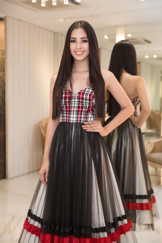 Trần Tiểu Vy khoe nhan sắc rạng rỡ, tất bật chuẩn bị váy áo 1 ngày trước khi lên đường dự thi Miss World - Ảnh 1.