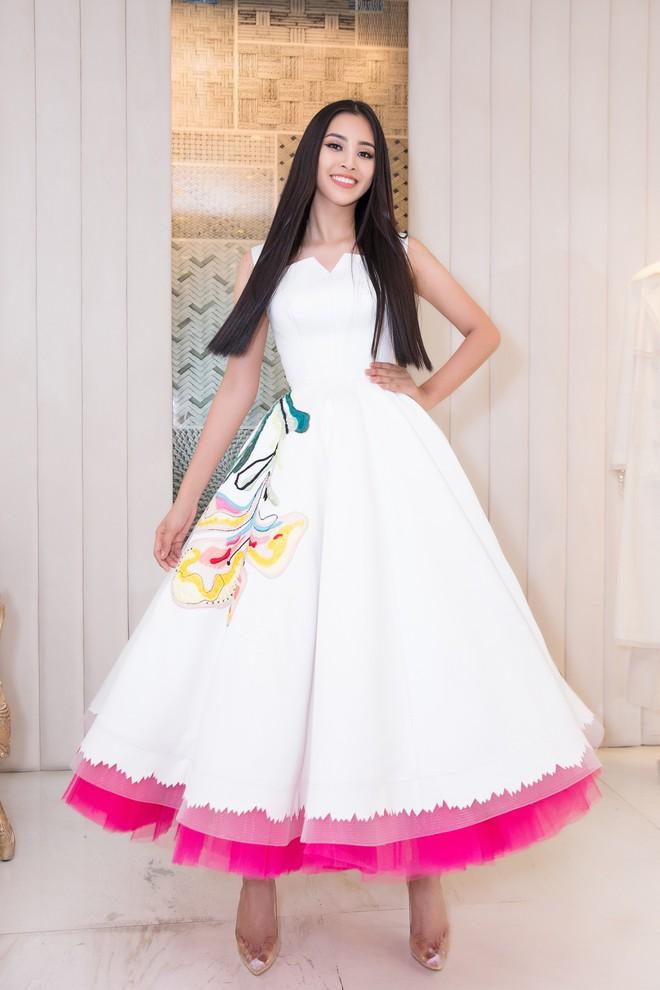 Trần Tiểu Vy khoe nhan sắc rạng rỡ, tất bật chuẩn bị váy áo 1 ngày trước khi lên đường dự thi Miss World - Ảnh 3.