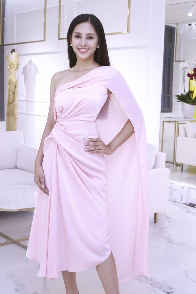 Trần Tiểu Vy khoe nhan sắc rạng rỡ, tất bật chuẩn bị váy áo 1 ngày trước khi lên đường dự thi Miss World - Ảnh 4.