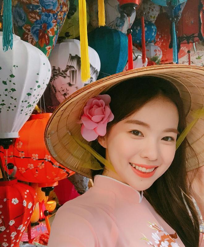 """""""Thiên thần nội y"""" Hàn Quốc Lee Ha Neul đang thăm thú Hội An, khoe ảnh mặc áo dài đội nón lá - Ảnh 9."""