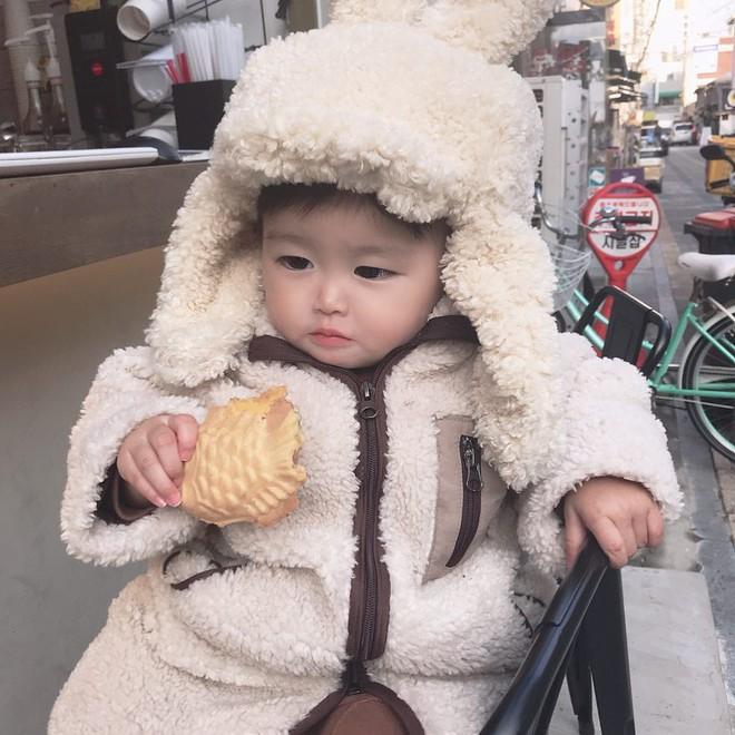 """""""Bà cụ non"""" lúc nào cũng cầm đồ ăn trở thành fashionista hot nhất mùa đông vì quá đáng yêu - Ảnh 5."""