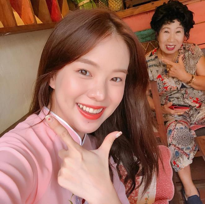 """""""Thiên thần nội y"""" Hàn Quốc Lee Ha Neul đang thăm thú Hội An, khoe ảnh mặc áo dài đội nón lá - Ảnh 8."""