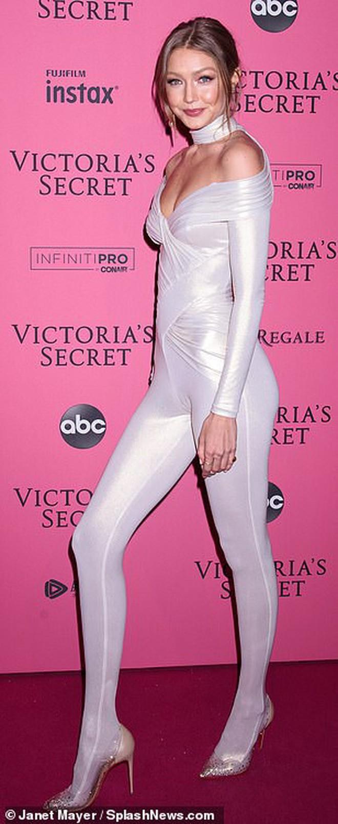 Bella Hadid nổi nhất Victoria's Secret 2018 vì lộ hết vòng 1 - ảnh